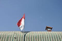 Indonesisk flagga på taket Arkivbild