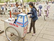 indonesisk gatasäljare Arkivbild