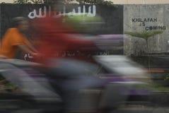 INDONESISK INTELLIGENS ATT HÅLLA ÖGONEN PÅ DEN EXTREMISTISKA GRUPPEN PÅ ISLAMISK STATFRÅGOR royaltyfri bild