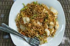 Indonesisk mat, mie gorengayam, stekte nudlar med höna bali indonesia fotografering för bildbyråer