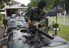 INDONESISK MILITÄR SOM SLÅSS YTTRE HOT FÖR ISLAMISK STAT Royaltyfria Foton