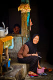 Indonesisk moder med barnet som ler i bakgrunden, Jakarta, arkivfoto