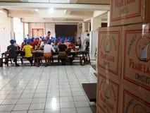 Indonesiska arbetare som packar cigaretter royaltyfria foton
