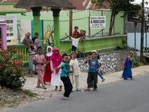 Indonesiska barn som har gyckel nära grundskola för barn mellan 5 och 11 år Arkivfoto
