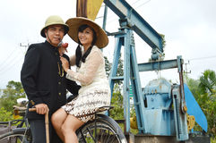 Indonesiska brud- par som prewedding photoshoot Arkivbilder