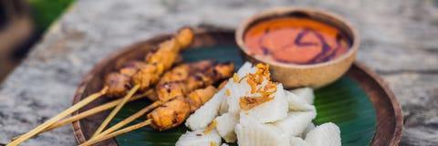 Indonesiska fega satay eller mättar Ayam tjänade som med BANRET för mat för den lontong-, soya- och jordnötsåslivsstilen, LÅNGT F arkivfoto