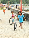 Indonesiska flickor som spelar med gummihjul royaltyfri foto