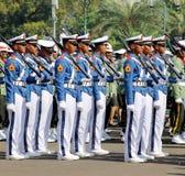 Indonesiska militära armékadetter som marscherar med geväret Arkivfoto