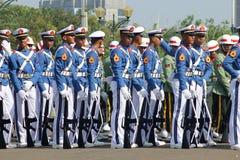 Indonesiska militära armékadetter som marscherar med geväret Fotografering för Bildbyråer