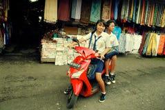indonesiska motorbikeschoolgirls Fotografering för Bildbyråer