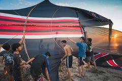 Indonesiska pojkar som går att flyga en drake Arkivfoto