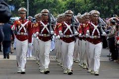 Indonesiska poliskadetter som marscherar med geväret Royaltyfria Bilder