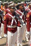 Indonesiska poliskadetter som marscherar med geväret Arkivbilder