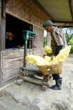 Indonesiska svavelgruvarbetare Arkivfoton