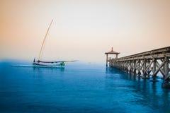 Indonesiskt traditionellt fartyg i den Pasir Putih stranden, situbondo Fotografering för Bildbyråer