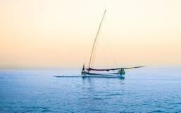 Indonesiskt traditionellt fartyg i den Pasir Putih stranden, situbondo royaltyfri bild