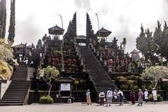 Indonezja Bali 09 10 2015 Lokalnych ludzi przy Pura besakih matkują świątynię podczas dużej ceremonii Obraz Royalty Free