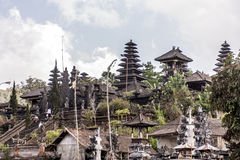 Indonezja Bali 09 10 2015 Lokalnych ludzi przy Pura besakih matkują świątynię podczas dużej ceremonii Obrazy Royalty Free