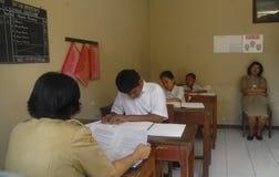 INDONEZJA NISKI WYKWALIFIKOWANY absolwent zdjęcia stock