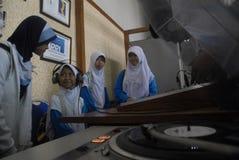 INDONEZJA wezwanie ZATRZYMYWAĆ NIEODPOWIEDNIEGO RADIOWEGO transmitowanie Obrazy Stock