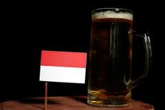 Indonezyjczyk flaga z piwnym kubkiem na czerni Zdjęcia Stock
