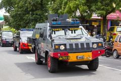 Indonezyjczyk policja zwalcza samochód przy ulicą w przedwyborczym wiecu Indonezyjski Demokratyczny przyjęcie walka w Bali, Indon Zdjęcia Stock