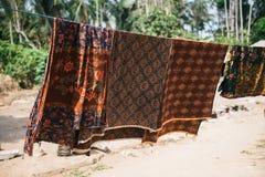 Indonezyjscy Batikowi scarves dostaje suszący Fotografia Royalty Free