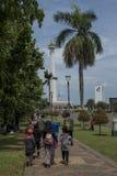 Indonezyjscy ludzie cieszą się dzień wolnego przy Medan Merdeka blisko Krajowym zabytkiem w Dżakarta, Indonezja zdjęcie royalty free