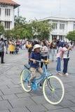 Indonezyjscy ludzie dzierżawią rowery i jadą one wokoło przy Fatahillah kwadratem w Dżakarta, Indonezja zdjęcie stock