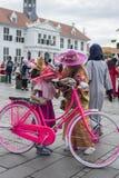 Indonezyjscy ludzie dzierżawią rowery i jadą one wokoło przy Fatahillah kwadratem w Dżakarta, Indonezja obrazy stock