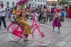 Indonezyjscy ludzie dzierżawią rowery i jadą one wokoło przy Fatahillah kwadratem w Dżakarta, Indonezja zdjęcie royalty free