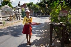 Indonezyjska dziewczyna przynosi ofiary domowa świątynia Zdjęcia Royalty Free