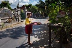 Indonezyjska dziewczyna przynosi ofiary domowa świątynia Zdjęcie Stock