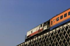 Indonezyjska kolej Przechodzi Przez Stalowego mosta zdjęcia stock