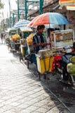 Indonezyjski karmowy sprzedawca chuje od deszczu, Ubud, Bali Obrazy Stock