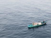 Indonezyjski rybaka łowić na morzu Balikpapan miasto na Borneo wyspie fotografia royalty free