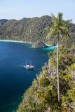Indonezyjski skuner w Tropikalnej Pacyficznej lagunie Zdjęcia Royalty Free