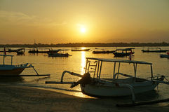 Indonezyjskie łodzie rybackie przy wschodem słońca Obraz Stock