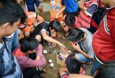 Indonezyjskie chłopiec wydają krykieta bój w ulicie Obraz Stock