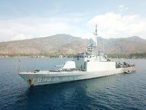 Indonezyjskiej marynarki wojennej Militarny statek Zakotwiczający przy balijczyka morza punktami w Amed fotografia stock