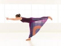 Indor практикующий врача йоги стоковое фото rf