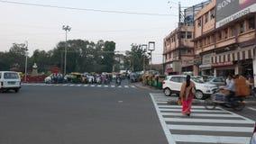 Indore, la India - circa noviembre de 2017: tráfico de la gente y de coche en la calle en Indore, Madhya Pradesh, la India almacen de video
