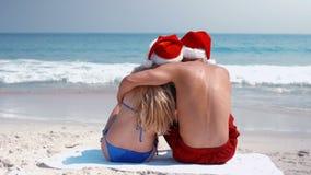 Indossi la vista delle coppie che abbracciano con il cappello di Santa stock footage