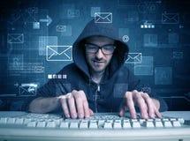 Indringer die e-mailwachtwoordenconcept binnendringen in een beveiligd computersysteem stock afbeeldingen