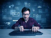 Indringer die e-mailwachtwoordenconcept binnendringen in een beveiligd computersysteem Stock Afbeelding