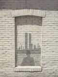 Indruk van de mens in venster die bij de horizon van New York turen Royalty-vrije Stock Afbeelding