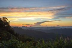 Indrukwekkend landschap tijdens zonsondergang vanuit het gezichtspunt van Kiew Lom, Pang Mapa-districten, Mae Hong Son, Noordelij stock afbeelding