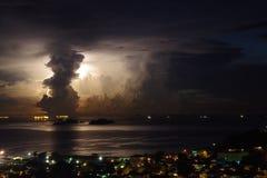 Indrukwekkend onweer met reusachtige verlichting achter een verticale wolk stock foto's