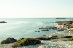 Indrukwekkend zeegezicht van oever met witte klippen Stock Foto's