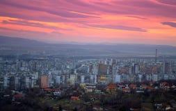 Indrukwekkende flard-als wolken en stads toneelmening Stock Foto